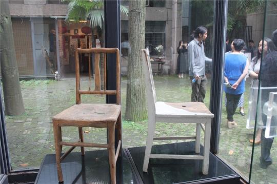 史金淞2011年作品《被消磨的家具》。他的新个展也于13日在凤凰艺都上海空间开幕,展出作品与画材有关。