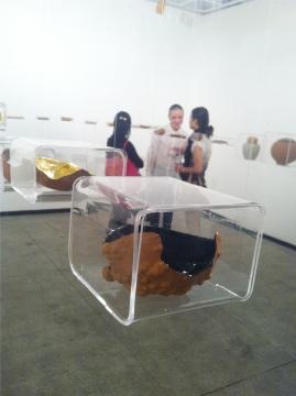 """想象力学实验室""""茶部""""2013年作品《一半一半》,材质为葫芦、竹。作品整齐地悬挂在一间独立的小展厅,精美,据说布展很麻烦。"""