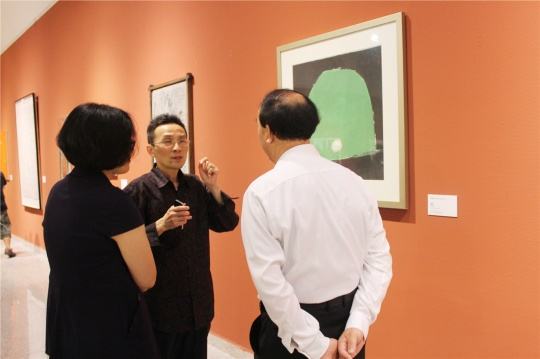美术文献艺术中心总监刘明向市领导介绍周韶华作品,周韶华老先生也亲临了开幕现场。