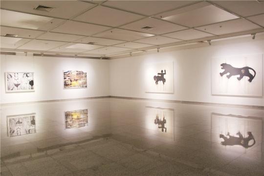 右边:魏青吉2007年作品《奋斗》及2013年作品《超虎》。