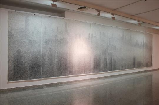 张诠2014年创作的纸本水墨《无限江山》,独占一大面展墙,颇震撼。