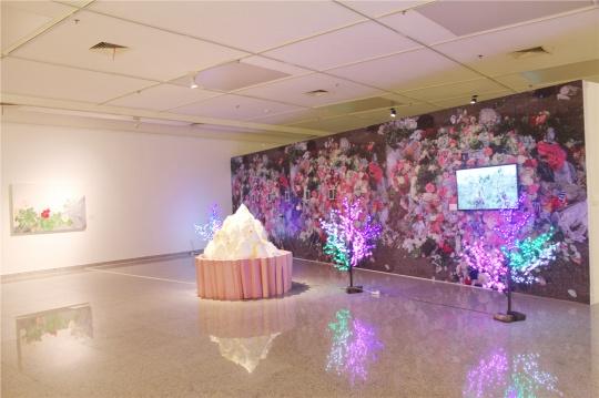 """叶甫纳2014年的新作《扎金花系列》、《仕满乡消息》等,她的同名个展""""扎金花""""曾于今年3月视界艺术中心2空间开幕。"""