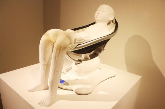 李洪波的纸雕塑本次展出了两件,一件大卫的素描头像,另一件动态感十足的作品就是本图,膝盖在上下动,初看我以为是他在马桶上做运动。