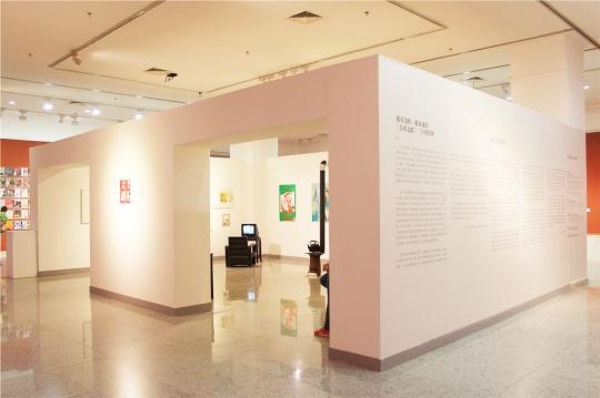 部分还原了《美术文献》杂志社的原貌,火炉、沙发、当年的照片等等,杂志社这个地方很温情。现在的杂志社位于美术文献艺术中心二楼的一个小房间,据说还要继续搬家。