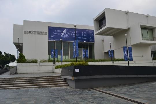 台北美术馆外观,双年展海报正在悬挂。