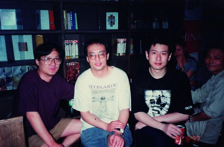 1997年周春芽、张晓刚、杨千、王承云在小酒馆