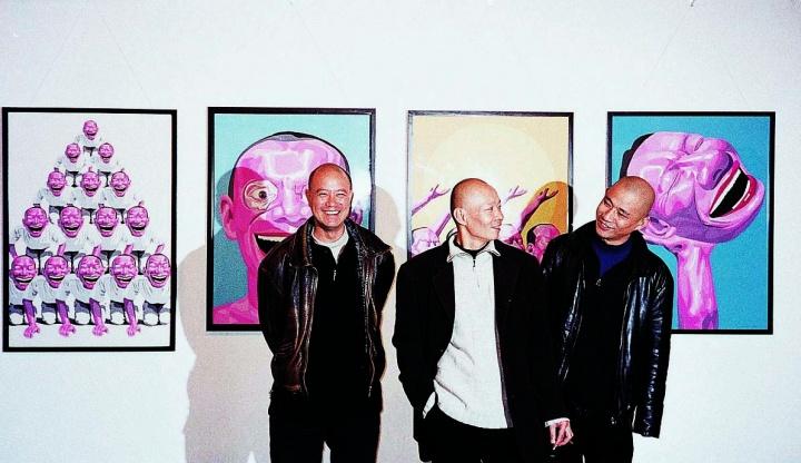 2000年,成都上河美术馆举办群展《…之间…》,图为展览现场。左起:叶永青、岳敏君、方力钧