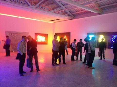 在霓虹灯作品的围绕中,展览现场有种节日的气息
