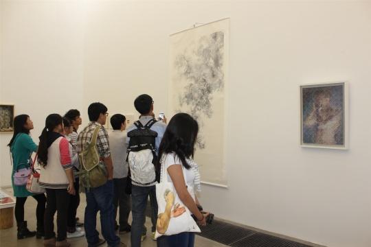 刘邓、郑江作品前的观众