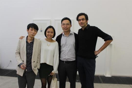 参展艺术家刘邓与策展人严瑞芳、空间创办人郑衍方及友人合影