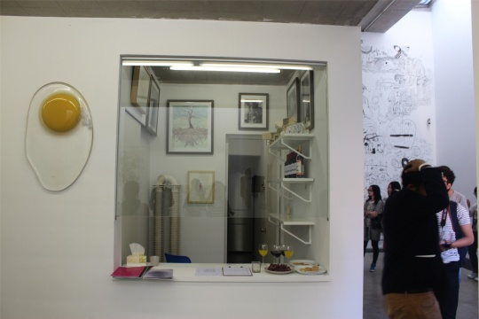 前台区域,这枚煎蛋作品旁边的玻璃空间未来将变身艺术品小商店