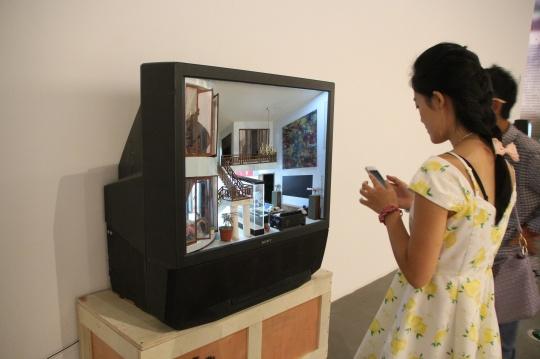 张湘溪在电视机中营造了一个虚拟空间