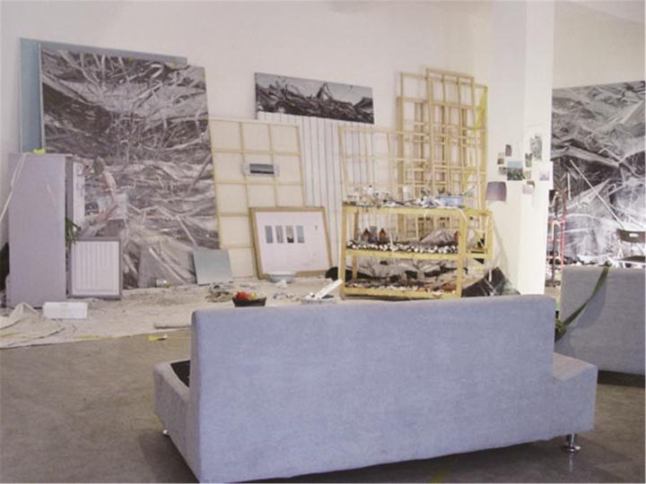 """2007年,贾蔼力在自己北京的首个个展""""疯景""""中,把工作室复原到站台中国的展览现场"""