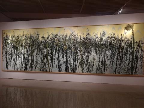 许江说,当原本放在地上的绘画被挂起来,像一下子被点亮,让他自己都感到吃惊
