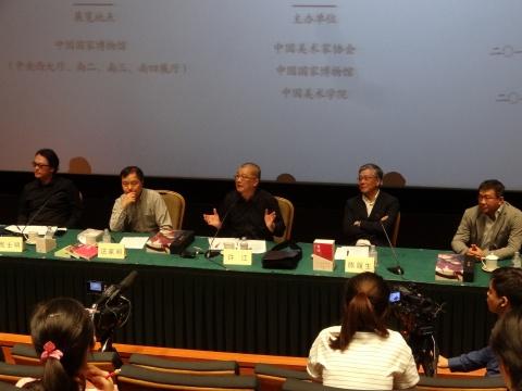 """""""东方葵:许江艺术展""""的发布会上,许江热情洋溢的讲述着自己笔下葵的故事"""