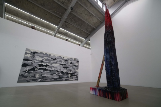 M WOODS一层展厅,右侧为艺术家斯特林·鲁比装置作品《吸血鬼帝国》