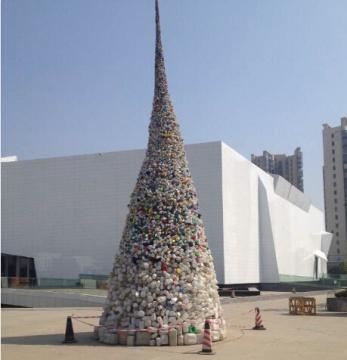 王智远作品以废弃的塑料瓶为材