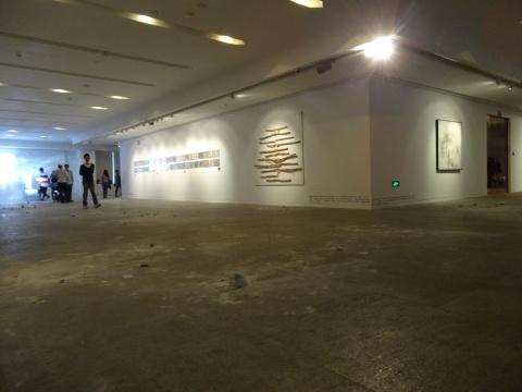 展厅的地面上到处散落的碎块,是展望的作品《空间闯入者》