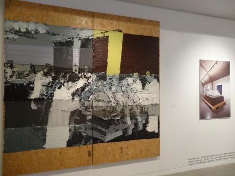 李松松的作品《做棺材》和《大容器》