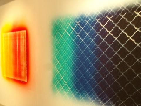 萧昱的作品《脚垫》与《铁丝网》