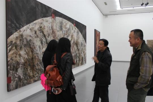 张国龙向观众介绍作品