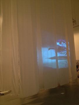 在洁白垂下的帷幔上展示的耿雪作品《海公子》,本就玄幻的作品更显神秘
