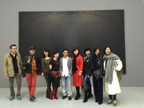 上品艺琅负责人谢蓉(左4)、艺术家杨黎明(左5)、上品艺琅负责人金秀花(左6)