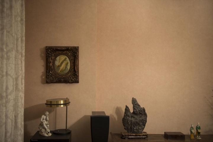 书房一角挂着陈丹青回国最钟意的河南模持的《脚》