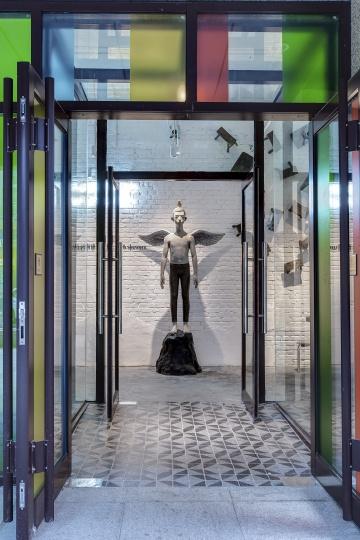 入口处颜石林的雕塑作品《天使》和固定在墙面上的板凳设定了重返记忆的基调