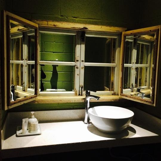 旧窗棂里镶嵌镜子的方式让洗手台成为记忆与当代的结合