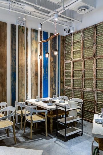 左边间隔排列的斑驳漆色木板呈现的是绘画中的抽象感,而右边罗列的窗户展现的则是时光流逝的设计感