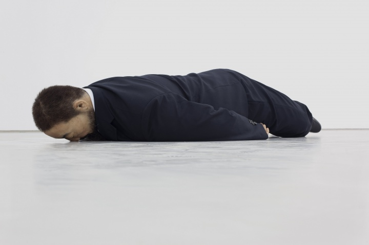 《马拉之死》 真人尺寸 玻璃钢,仿真硅胶雕塑 2011