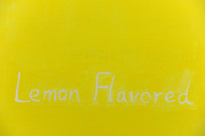 """Lemon Flavored""以虚线的形式书写于作品纸上"