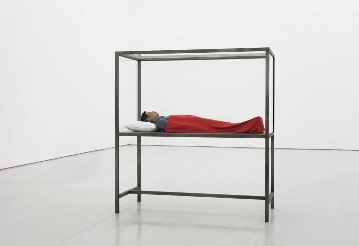 《我的梦想》155x46x23cm 仿真硅胶,玻璃钢,衣服2012