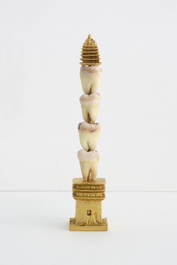 《智慧塔》9x1.9x1.9cm牙齿,99.9纯金,铜,竹签 2013