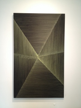 迟群的作品《六条边-深金1》是她目前尺幅最大的作品