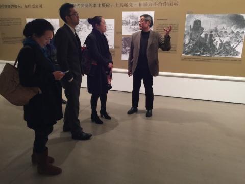 本次展览学术主持潘公凯为到场嘉宾做展前导览