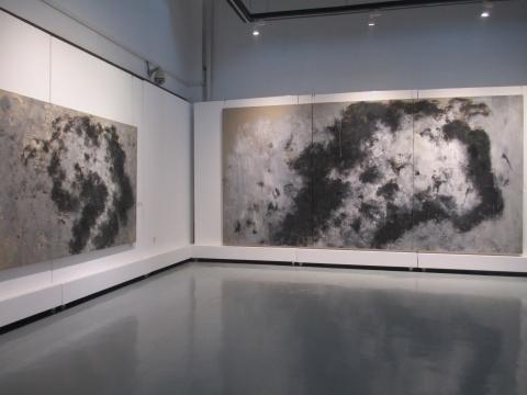 张方白作品《不倒的鹰之三》(左)与《鹰08.10》