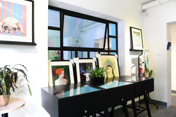 在LinArt-Cafe中,最引人注目的就是多样性的衍生品,版画、丝巾、手机壳等等,饱含创意