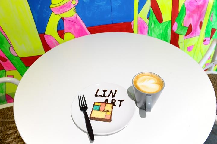 蒙德里安蛋糕暴露了LinArt-Cafe作为艺术餐吧的独一无二性