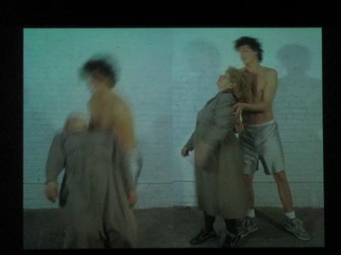 没有受过专业舞蹈训练的两个人跳着芭蕾,削弱了舞蹈本身的专业属性,变得大众化,贴近生活