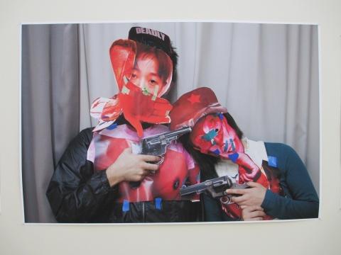 """或许受到其中的照片雕塑启发,他们开始""""破坏""""图片将其重组贴在身上"""