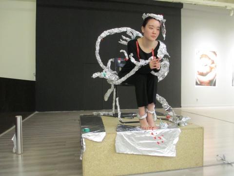 中心三层实施的锡箔纸雕塑,观者可以参与其中