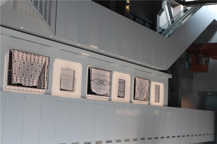 刘窗装置《被分割的风景》,八、九十年代甚至目前也有的建筑物外防护栏,古旧图案配以风吹动的窗帘,内外皆风景却不同,它是一道屏障。