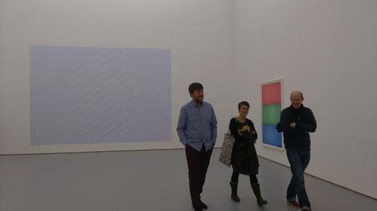 展览现场,左一为艺术家