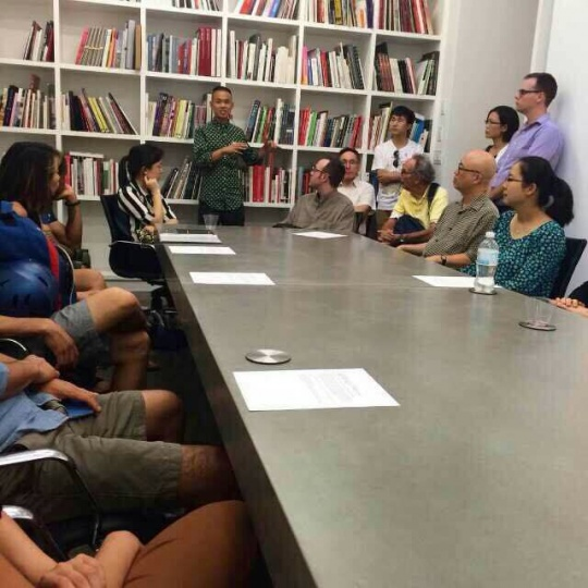 驻留艺术家张玥、文豪工作室开放日和研讨会,艺术家到访美术馆,包括来自大都会艺术博物馆的专家共同讨论作品