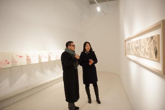 艺术家李婷婷与批评家夏可君在作品前欣赏