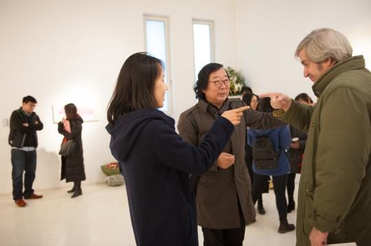 艺术家李婷婷、本次展览策展人晋华以及出席嘉宾在现场交谈胜欢
