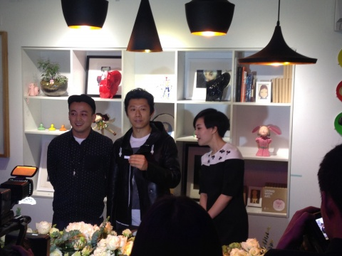 夏雨(中)与艺术家黄玉龙(左)、光线传媒主持人周芸(右)在抽奖现场