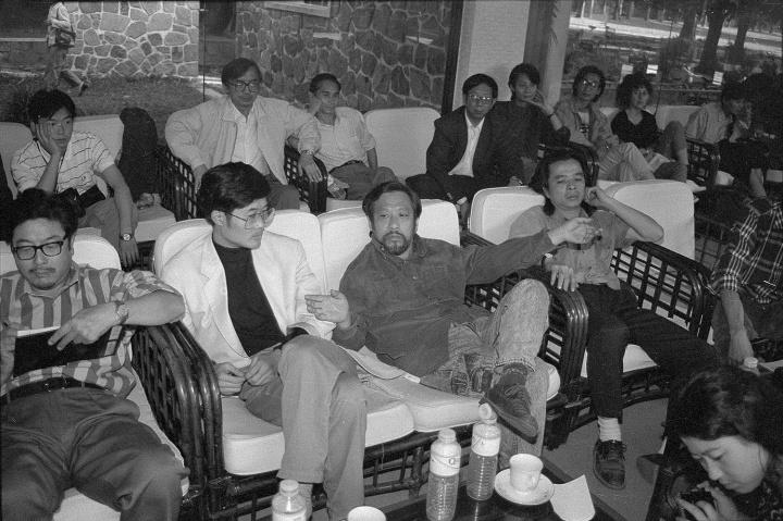 广州双年展研讨会上,栗宪庭在会上很伤感,当代艺术怎么会走向了市场,1992 年10 月,广州